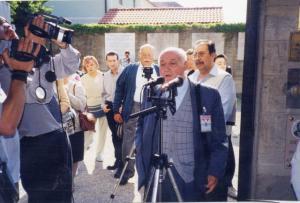 6/05/2000. Jacint Carrió es va adreçar al miler d'assistents a la trobada d'homenatge als deportats morts a Mauthausen i a Gusen tot destacant la importància de no oblidar els crims del passat per evitar que es repeteixin en el futur. L'acte es va fer davant de l'antic crematori de Gusen. (Arxiu Comarcal del Bages. Fons Jacint Carrió i Vilaseca)