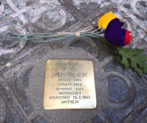 El Fòrum l'Espitllera i el Memorial Democràtic impulsaran un projecte per col.locar plaques en record dels deportats als camps nazis de la Serra. Són obra de l'artista Gunter Deming, que les col·loca per tot el món. Aquestes són les que es van posar a Manresa  El Fòrum l'Espitllera i el Memorial Democràtic impulsaran un projecte per col.locar plaques en record dels deportats als camps nazis de la Serra. Són obra de l'artista Gunter Deming, que les col·loca per tot el món. Aquestes són les que es van posar a Manresa  Foto: Ajuntament de Manresa