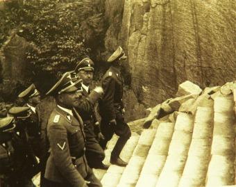 A Nazis suben las escaleras