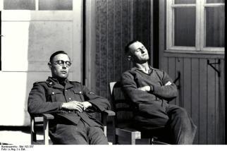 KZ Mauthausen, unbekannte SS-Männer vor SS-Baracke