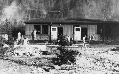 KZ-Ebensee-1945-Eingang-zum-Krankenrevier.png