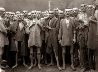 Presoners-famolencs-gairebé-morts-per-la-gana-posen-al-camp-de-concentració-dEbensee-Àustria