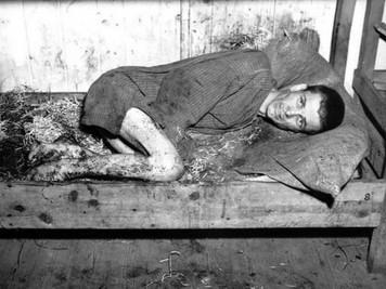 Prisionero-en-uno-de-los-barracones-de-Mauthausen (Copiar)